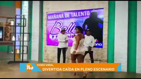 Mujer sufre divertida caída durante show en vivo