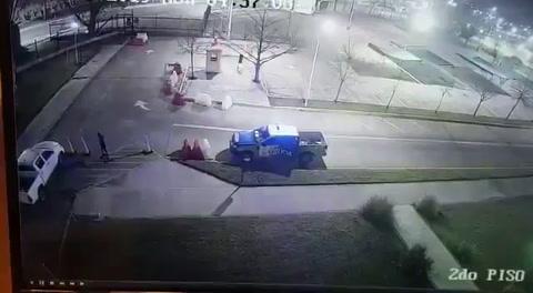 Un reo esposado escapa de un vehículo patrulla en Argentina