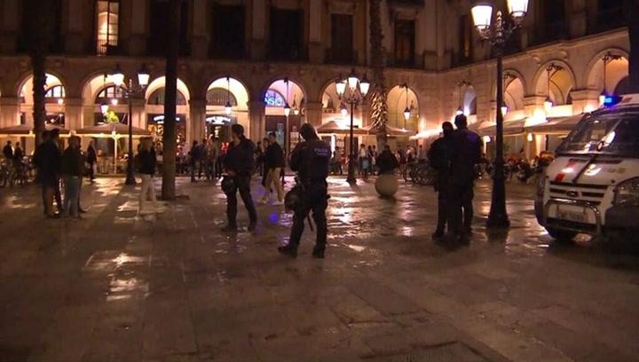 Actuación policial ante aficionados del Liverpool en la Plaça Reial