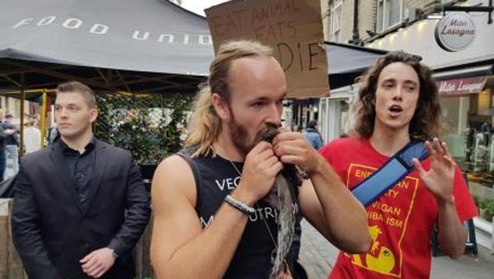 Un youtuber, detenido tras comerse una ardilla cruda