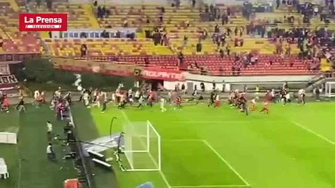 Terribles actos de violencia en el regreso de los aficionados a los estadios en Colombia