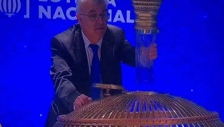 ¿Qué esconde el señor que controla la caída de las bolas en el bombo de la Lotería?