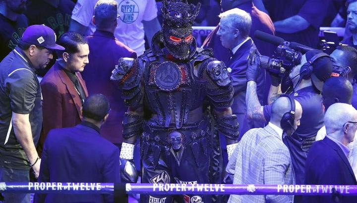 Deontay Wilder subió al ring MGM Grand de Las Vegas para enfrentarse a Tyson Fury vistiendo un traje que pesaba 18 kilos