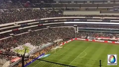 Los hinchas mexicanos cambian tema homofóbico por hit de Luis Miguel
