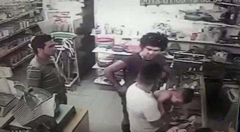 En medio de una pelea un hombre golpeó a un bebé y causó indignación
