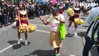Hermosa abuelita se roba los aplausos en desfiles patrios