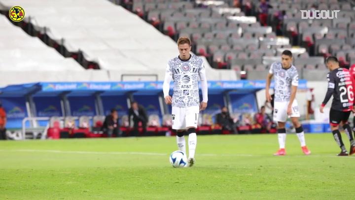 El penalti con pase de Sebastián Córdova y Henry Martín, desde a pie de campo