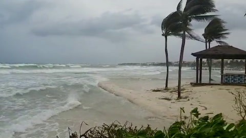 Zeta se degrada a tormenta tropical tras tocar tierra en el Caribe mexicano