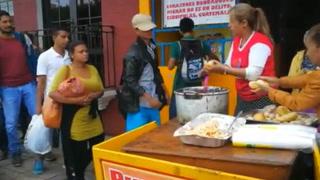 Guatemaltecos regalan pan con frijoles a migrantes hondureños