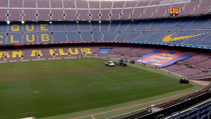 El FC Barcelona cambia el césped del Camp Nou