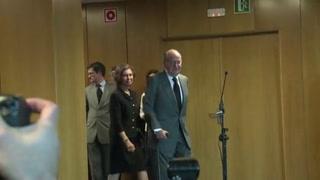 El rey emérito Juan Carlos I se va de España tras el peso del escándalo