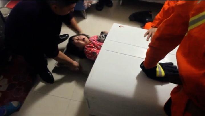 Barnet sitter bom fast – i vaskemaskinen
