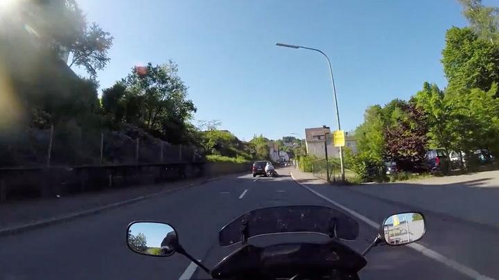 Kjører ned scooteren med vilje og stikker av