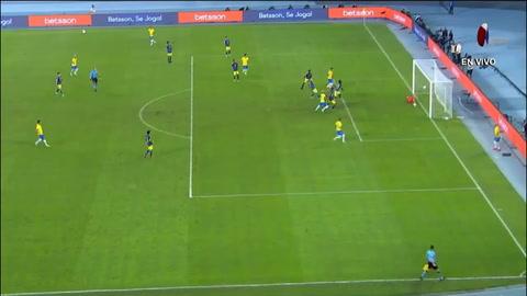 Polémica por gol a favor de Brasil en jugada que le pega al árbitro central