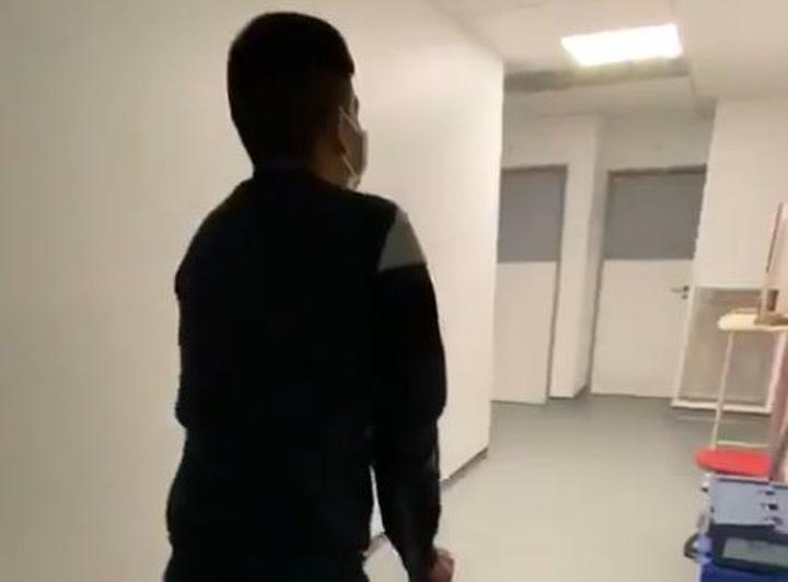 Nairo Quintana, caminando con muletas tras su operación en las dos rodillas