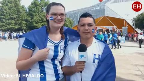 ¡Se enamoraron por Facebook! Una pareja de aficionados catrachos llegó al BBVA Compass Stadium de Houston para presenciar el duelo ante Panamá