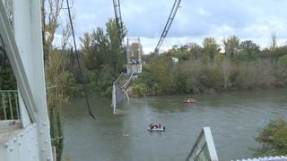 Al menos un muerto al hundirse un puente metálico en Francia