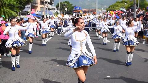 Los salvadoreños inician fiestas patronales con colorido desfile