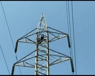 سکرنڈ میں بے روزگار نوجوان خودکشی کیلیے ہائی ٹینشن ٹاور پر چڑھ گیا