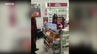 Adulto mayor insulta a un guardia de seguridad negro en una tienda en Londres