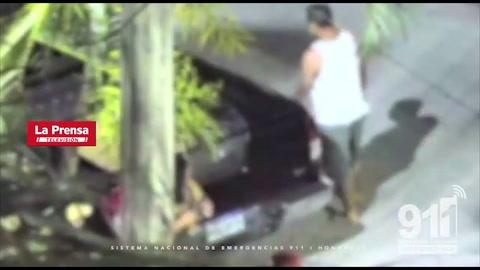 Cámaras captan a hombre dar golpiza a su esposa; policías lo capturan in fraganti