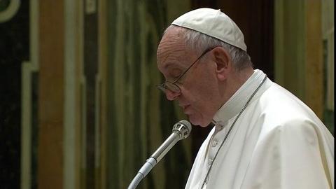 El papa da una lección de buen periodismo a los corresponsales en Italia