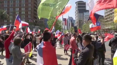 Cientos de manifestantes protestan en Santiago contra una nueva Constitución en Chile