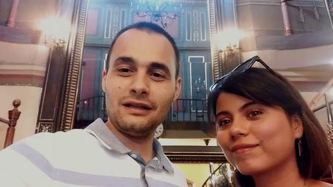 Bloguera hondureña envía un mensaje junto a su esposo rumano