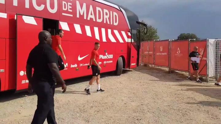 Trippier asiste a su primer entrenamiento con el Atlético y pasa por el túnel de collejas de los novatos