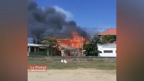 Incendio consume dos viviendas en Roatán, Islas de la Bahía