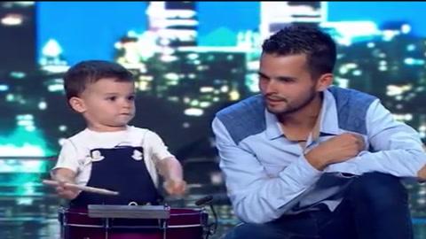 Niño de 2 años toca el tambor en show de TV y se hace viral