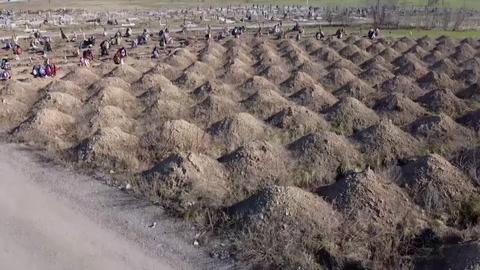 Alcalde ucraniano manda cavar cientos de tumbas como previsión por coronavirus