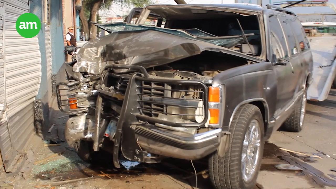 Camioneta le fractura ambas piernas pero sobrevive