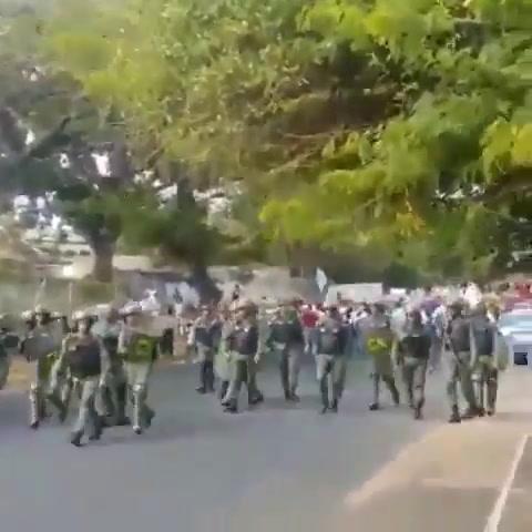 Policía retrocede ante el avance de gran marcha en Venezuela