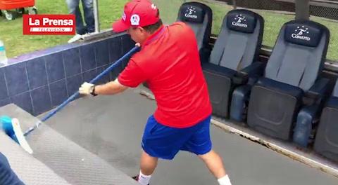 La limpia del utilero del Olimpia en el banquillo albo por Diego Vázquez
