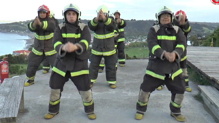 Brannmenn med hete «dansemoves»