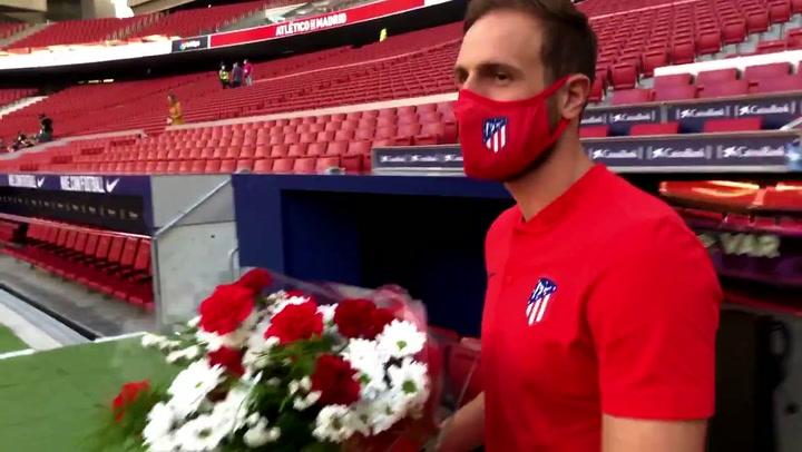 El 'capitán Oblak' colocó el ramo de flores en el córner del Metropolitano