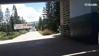 Momento en que estudiantes de la UNAH botan el portón de la entrada principal