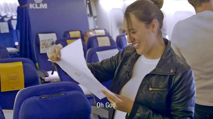 Tok til tårene av personlig hilsen på flyet