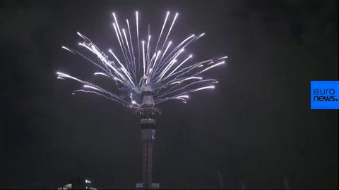 El mundo recibe el Año Nuevo con fiestas y fuegos artificiales