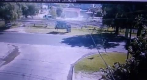 Dos ladrones intentaron fugarse en una camioneta robada y la destruyeron en las vías