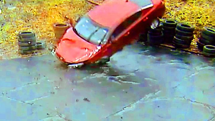 Spektakulært krasj da bil raste av motorveien