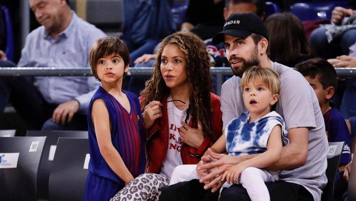 Pique y Shakira, con sus hijos en el Palau Blaugrana