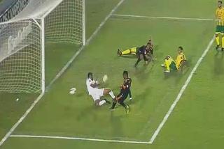 !Uffff... por poco! Romell Quioto ahoga grito de gol ante Guastatoya