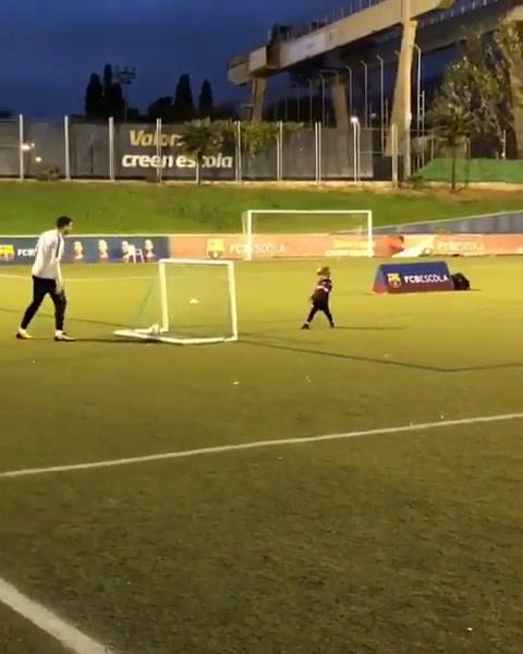 Shakira y Piqué celebran gol de su hijo Sasha con el Barcelona