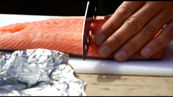 Hvordan lage grillet laks med mangosalat