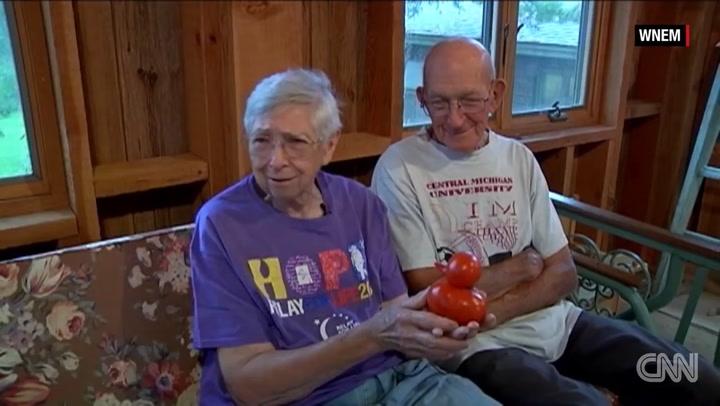Stel vindt tomaat in vorm van badeend