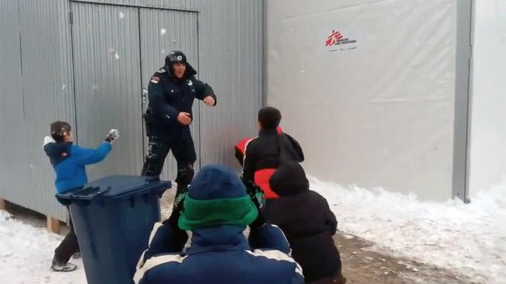 Herlig snøballkrig mellom politi og syriske barn