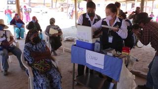Indígenas mexicanos se vacunan contra covid-19 en zona bajo asedio del narco