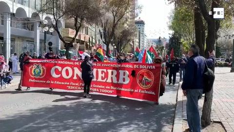 Maestros de Bolivia desafían al coronavirus con una marcha antigubernamental